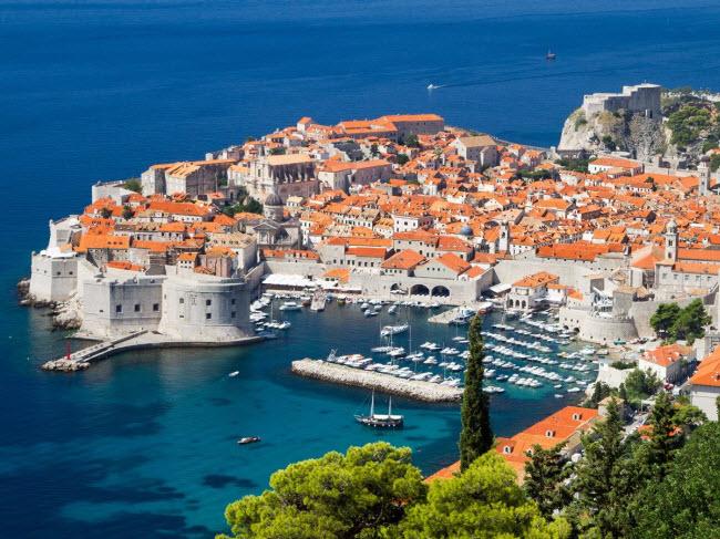 Du khách có nhiều lựa chọn khi tới thành phố  & nbsp;Dubrovnik, Croatia. Bạn có thể thư giãn trên bãi biển, tham quan các công trình kiến trúc và pháo đài cổ hay đi bộ khám phá thiên nhiên & nbsp;nơi đây.