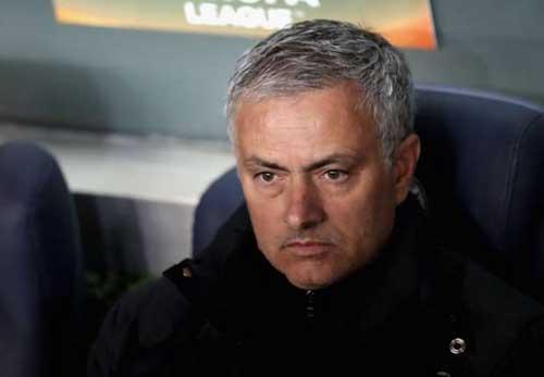 """MU đá kém, fan đòi """"trảm"""" Mourinho mời Sir Alex trở lại - 1"""