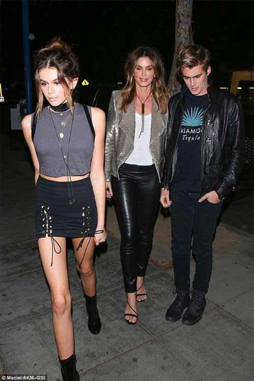 Kendall Jenner khoe ngực mini vẫn sexy với váy trễ nải - 11