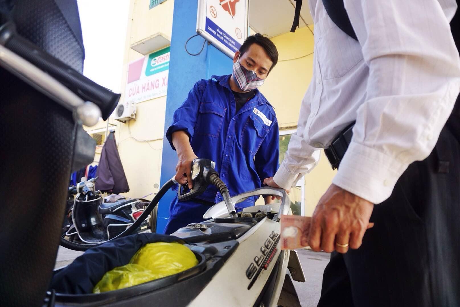 Giá xăng tăng liên tiếp 6 lần trong vòng 3 tháng