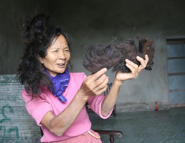 Lạ kỳ cụ bà có mái tóc tự kết hình đầu rồng - 1