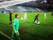 Bóng đá - Video sự thật vụ Ronaldo giẫm lên người đối thủ