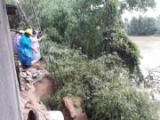 Tin tức trong ngày - Bờ sông Hà Thanh sạt lở, nhà dân trôi tuột xuống sông