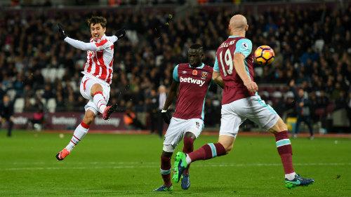 West Ham - Stoke City: Thoát hiểm nhờ phương án 2