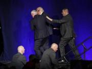 Thế giới - Mật vụ bất ngờ bám vai, đẩy Donald Trump khỏi sân khấu