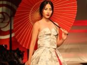 Nam Em hóa gái Nhật hững hờ đầm cúp ngực trên sàn catwalk