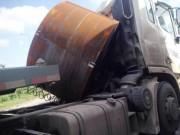 Tin tức trong ngày - Cuộn sắt đâm lún cabin, lái xe đầu kéo suýt chết