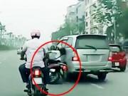 """Tai nạn giao thông - Clip: Ô tô """"điên"""" hất văng cô gái đi xe máy rồi bỏ chạy"""