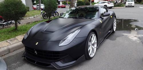 """Cường Đô la """"lột xác"""" Ferrari F12 Berlinetta sang màu đen nhám"""