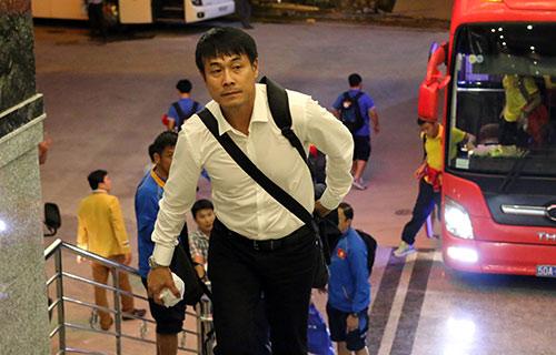 """Đến Cần Thơ, HLV Hữu Thắng, Công Phượng bị fan nữ """"bủa vây"""""""