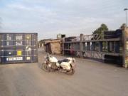 Tin tức trong ngày - TP.HCM: Container lật ngang trên dốc cầu, giao thông tê liệt