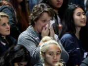 Thế giới - Dân Mỹ ôm mặt khóc khi bà Clinton thua thảm hại
