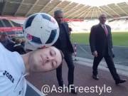 Bóng đá - MU: Fan biểu diễn với bóng, Mourinho phá đám
