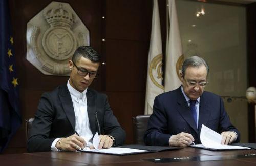 Đeo kính ký hợp đồng tỷ đô, Ronaldo có thể bị phạt