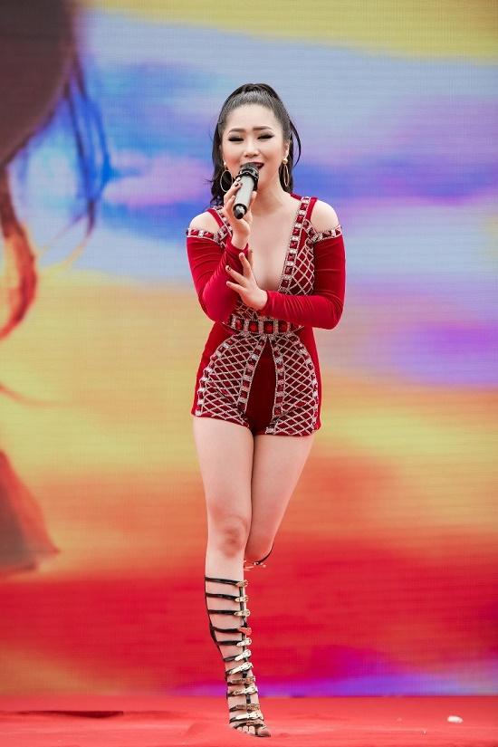 Hương Tràm diện váy siêu ngắn khiến fan đứng ngồi không yên - 6