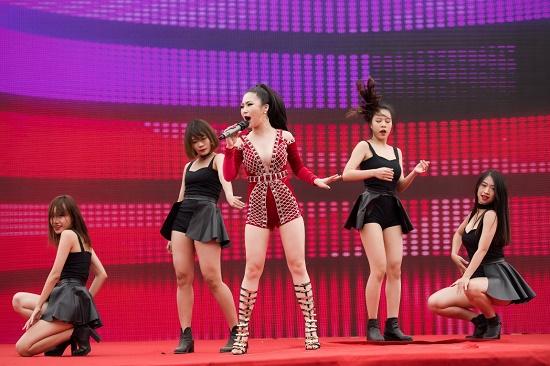 Hương Tràm diện váy siêu ngắn khiến fan đứng ngồi không yên - 10