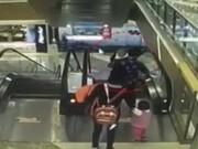 Thế giới - TQ: Bé trai chết thảm vì ngã từ thang cuốn siêu thị