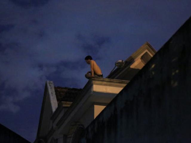 Trắng đêm giải cứu thanh niên ngồi nóc nhà
