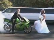 """Thế giới xe - Cặp đôi chụp ảnh cưới bằng màn đốt lốp cực """"độc"""""""