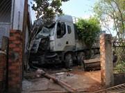 Tin tức trong ngày - Xe tải đâm vào 4 nhà dân, 1 người chết