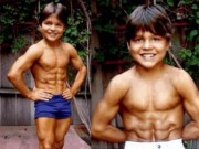 """Bạn trẻ - Cuộc sống - Ảnh hiện tại cậu bé 8 múi """"tiểu Hercules"""" từng gây sốc"""