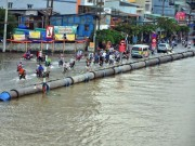 Tin tức trong ngày - Đường sóng sánh nước, người Sài Gòn bì bõm lội về nhà