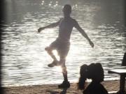 Tin tức trong ngày - Cởi trần tập thể dục vì nắng gắt giữa mùa đông