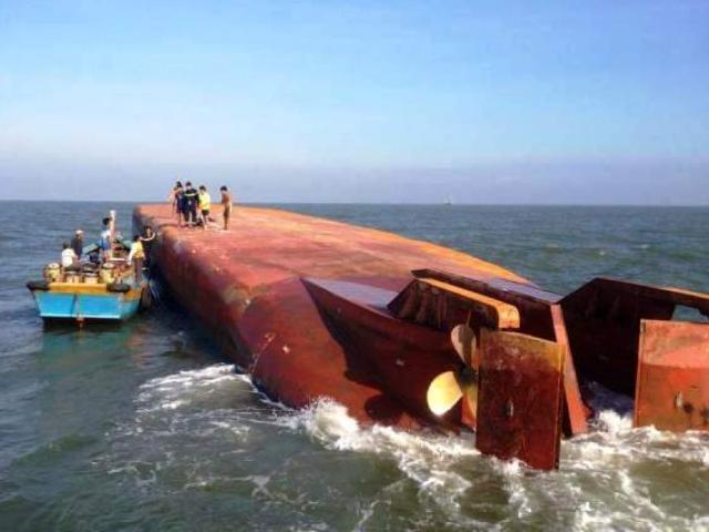 Sà lan va vào tàu hàng, 2 thuyền viên rơi xuống nước