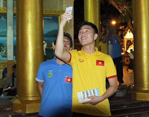Hữu Thắng, Công Vinh, Công Phượng...đi chùa Vàng cầu may ở AFF Cup