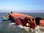Tin tức trong ngày - Sà lan va vào tàu hàng, 2 thuyền viên rơi xuống nước