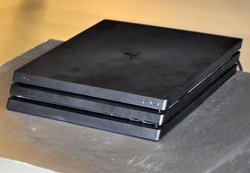 Ảnh thực tế máy chơi game PlayStation 4 mới và tay…