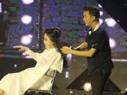 Ca nhạc - MTV - Cô gái hốt hoảng vì bất ngờ bị Mr. Đàm cắt phăng tóc trên sân khấu