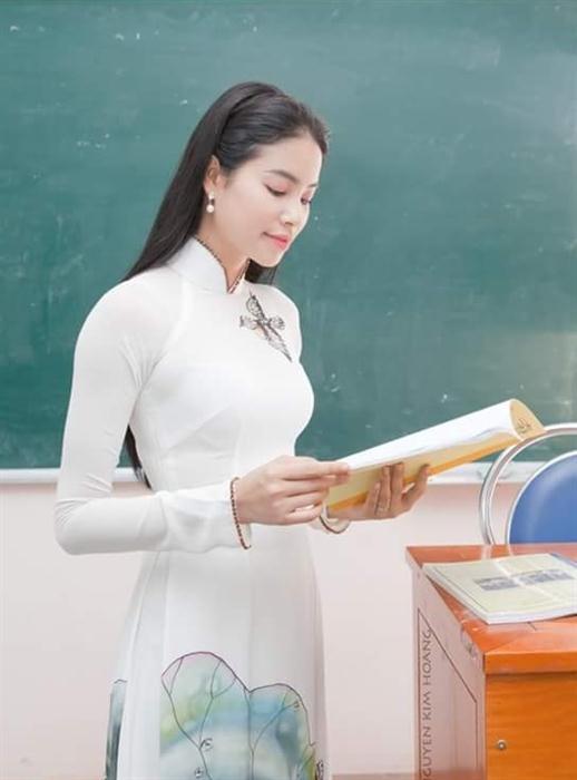 Ngắm trang phục của sao Việt khi đứng trên bục giảng - 10