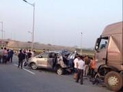 Tin tức trong ngày - Xe container tông nát ô tô trên cao tốc, 4 người chết