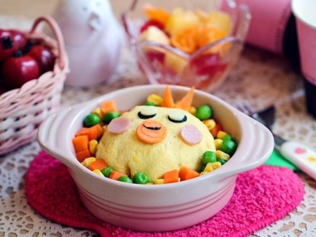 Cơm chiên bọc trứng hình gà con cực đáng yêu cho bé