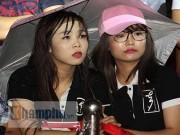 Thể thao - Người đẹp đội mưa xem so tài boxing Việt - Nhật