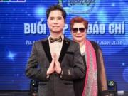 Ngọc Sơn 45 tuổi vẫn được mẹ hộ tống đi thi hát