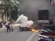 """Tin tức trong ngày - Gặp """"lão bà"""" ở HN dập tắt đám cháy xe máy trong tích tắc"""
