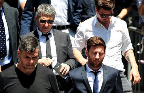 """Ronaldo cũng """"trốn"""" thuế, nhưng """"khôn"""" hơn Messi"""