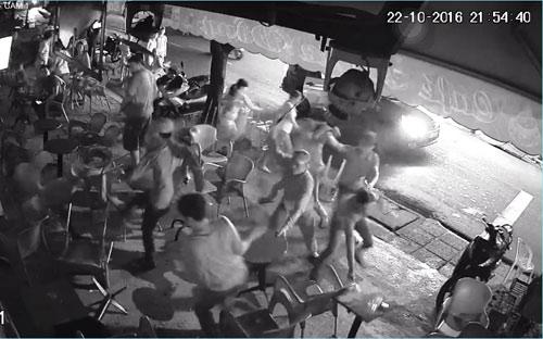Côn đồ đánh khách, đập tanh bành quán cà phê ở SG