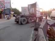 Tin tức trong ngày - Container hất tung dải phân cách, người đi đường vạ lây
