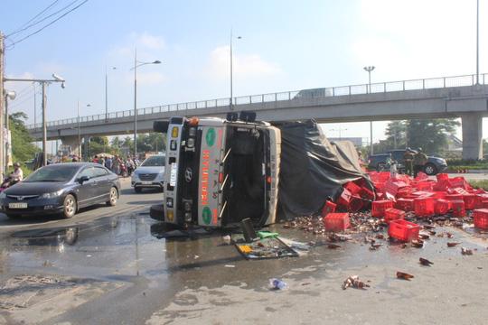 Đồng Nai: Xe chở bia lật vùi 2 người đi đường - 2
