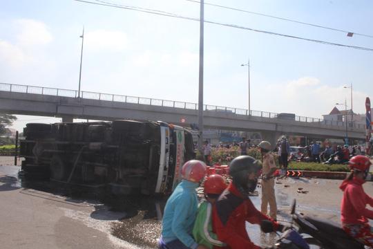 Đồng Nai: Xe chở bia lật vùi 2 người đi đường - 8