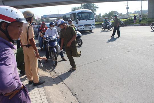 Đồng Nai: Xe chở bia lật vùi 2 người đi đường - 9