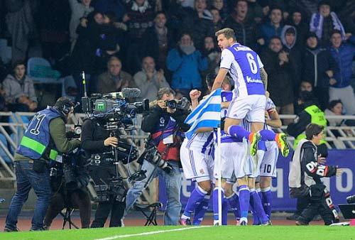 Real Sociedad - Barcelona: Buổi tối quá
