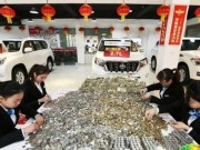Thế giới - TQ: Đánh xe chở tiền lẻ nặng nổ cả lốp đi mua xe sang