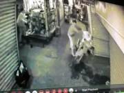 An ninh Xã hội - Nam thanh niên bị đâm cả chục nhát dao giữa chợ