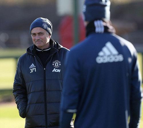 Sau sự cố bị đuổi, Mourinho tươi cười trên sân tập