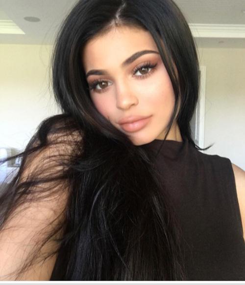 Sau tất cả, Kylie Jenner trở lại với tóc đen quyền lực - 1