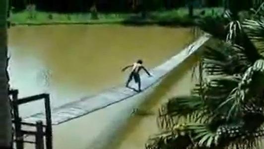 """Clip hài: Anh """"rất tỉnh"""" khi đi qua cầu"""